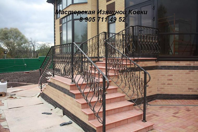 Кованые перильные ограждения для входной лестницы.